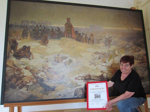 Anna Počarovská s certifikátem z Pelhřimova pózuje před Slovanskou epopejí na miroslavském zámku.