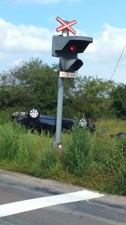 Osobní auto narazilo do manipulačního vlaku na přejezdu.