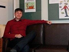 Ředitel kulturního střediska v Moravském Krumlově Bořivoj Švéda vystavuje své kreslené vtipy na chodbách krumlovské radnice.