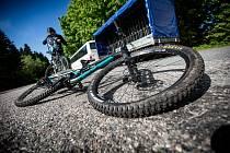 Z Brna do vzdálenějších míst na cyklistické trase spojující město s Vídní svezou letos nadšence speciální cyklobusy.
