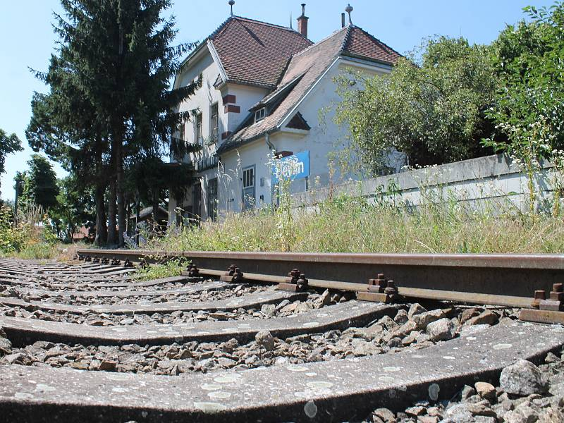 Archivní snímky připomínají situaci na Hevlínském nádraží v roce 2010.