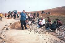 Korejské ženy ručně rozbíjí betonovou cestu.