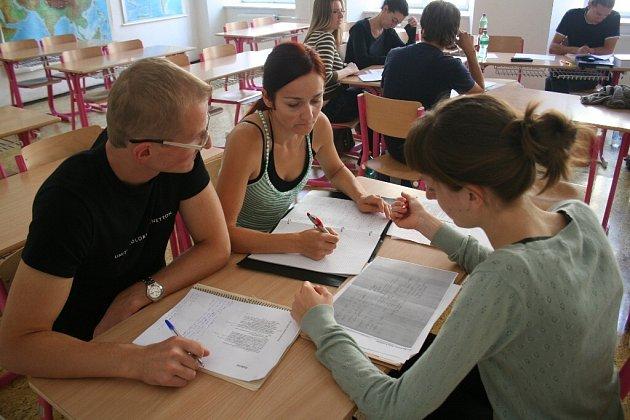 Studenti diskutují nad překladem literárního textu