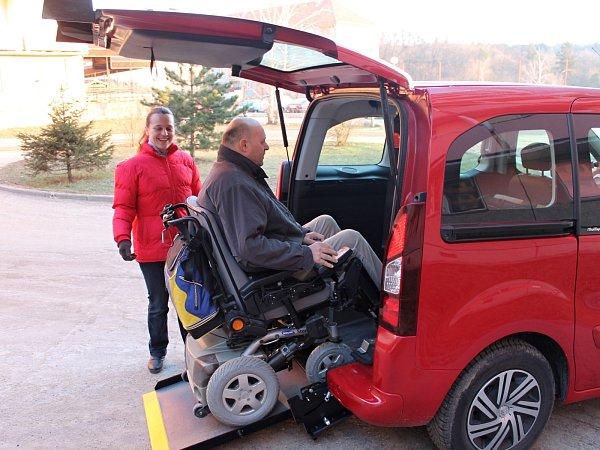 Antonína Šnajdara veze zdomova osobní asistentka Anna Bohdálková speciálním osobním autem srampou, která umožňuje nájezd člověka na invalidním vozíku. Svého klienta takto denně vozí do práce. Čekají ho kolegové.