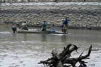 Kvůli čištění dna museli rybáři v Jevišovicích vylovit místní přehradu.