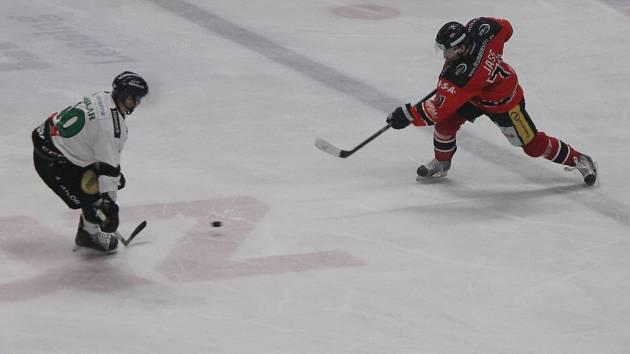 Hokejisté Znojma (v červeném) prohráli s Lublaní 2:3 po samostatných nájezdech.