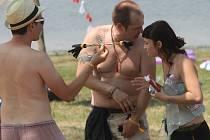 Třídenní rakouský hudební festival s názvem Psy Island si na výrovické přehradě nenechalo ujít na tisíc návštěvníků.