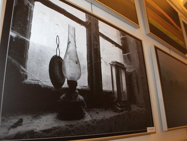 Velkoformátové fotografie členů Fotoklubu Znojmo ve znojemském Domě umění.