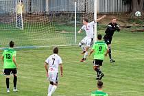 Tasovičtí fotbalisté (v bílém) podlehli v prvním kole MOL Cupu týmu Vrchoviny 0:1.