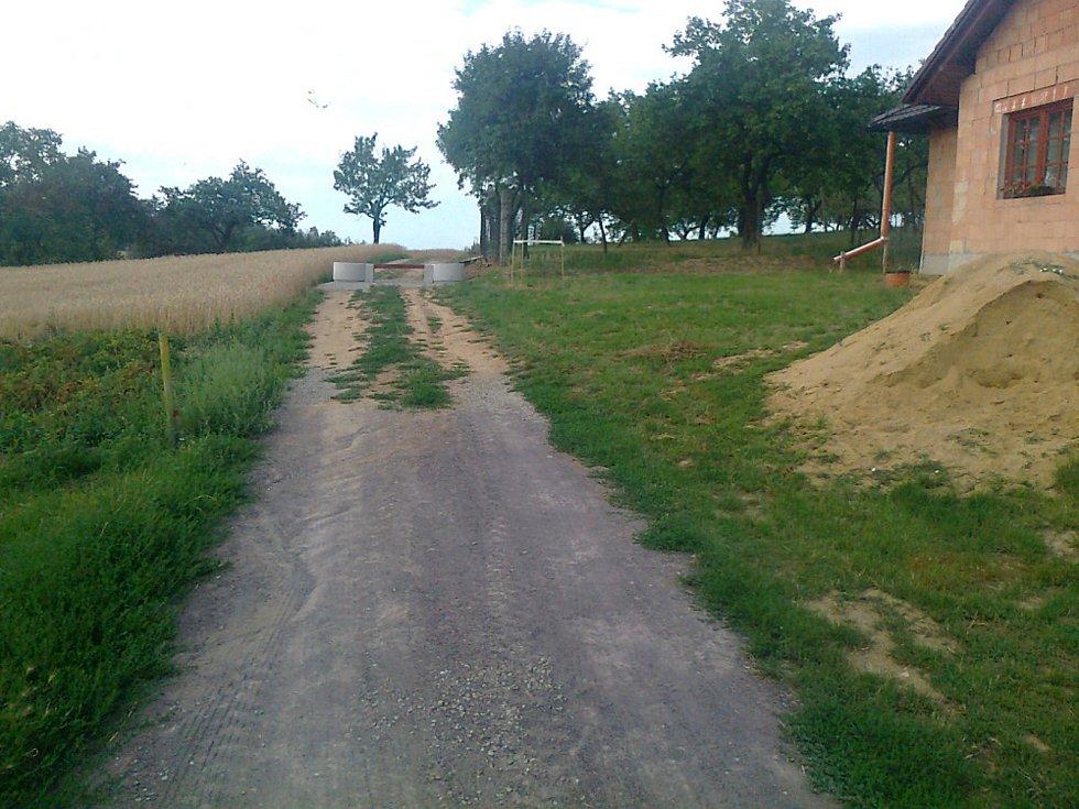 Lavička zatarasila polní cestu v Miroslavi. Údajně měla vyhovět stěžovateli.
