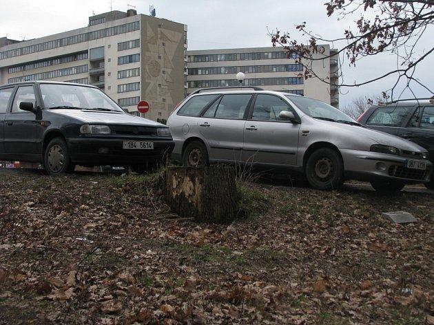 Řidiči u znojemské nemocnice parkují na hranici legálnosti
