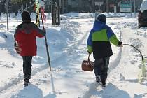 Koledníky od Velikonoční pomlázky neodradil ani nepříjemný sníh. Letošní velikonoční pondělí připadlo na prvního dubna a počasí bylo skutečně aprílové.