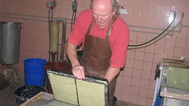 Ruční výroba papíru v Želeticích