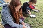 Organizátoři letních dětských táborů musejí kvůli epidemii koronaviru dodržovat rozšířená hygienická opatření a doporučení. Na snímcích děti na táboře znojemského Střediska volného času v obci Olbramkostel.