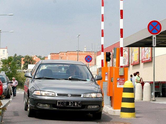 Podobné závory, jako jsou u parkoviště jednoho z řetězců, by měly vzniknout také na největším a nejfrekventovanějším parkovišti na náměstí Svobody.