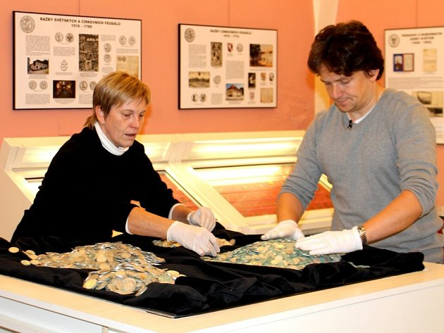 Jihomoravské muzeum ve Znojmě vystaví od 4. listopadu poklad nalezený v lednu letošního roku v poli u Hrušovan nad Jevišovkou.