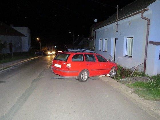 Nejspíš příliš vysoká rychlost v kombinaci s odvahou, dodanou alkoholem, stojí za noční havárií, kterou řešili policisté v Suchohrdlech u Znojma.