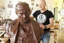 Ivo Sláma má zdokumentovaný celý příběh oprav poškozené busty. Od stavu, v jakém ji nalezl v parku přes odřezávání spodní části busty, přípravu formy až po konečný výsledek oprav. Foto: Archiv I. Slámy