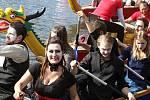 Pod vlajkami různých zemí závodily posádky dračích lodí