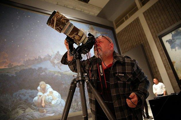Fotograf přefotil všech dvacet Muchových pláten cyklu Slovanská epopej.
