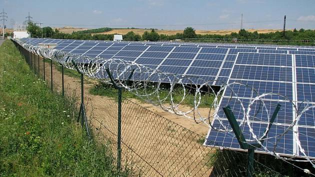Na dvou místech okolo Suchohrdel u Znojma vyrostly panely fotovoltaických elketráren.