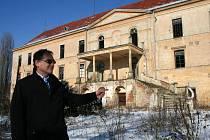 Starosta Hrušovan Miroslav Miloš před zámkem, který město prodalo, ale nedostalo za něj zaplaceno.