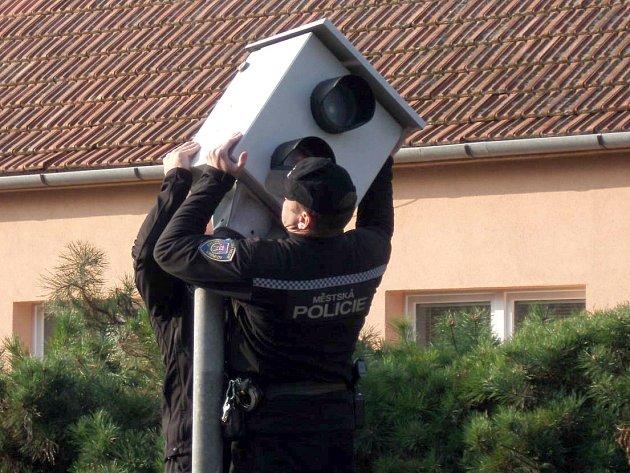 Strážníci v Moravském Krumlově sundali radar ze sloupu ve Znojemské ulici.