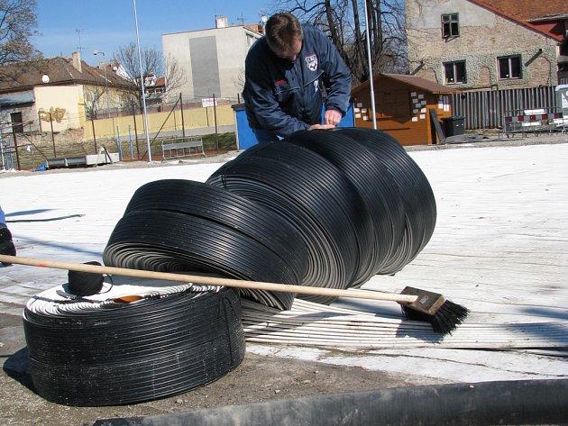 Po více než dvou měsících dělníci rozebírají znojemské kluziště