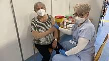 Jubilejní vakcínu proti Covid-19 s pořadovým číslem 20. tisíc naočkovali znojemští zdravotníci osmašedesátileté Daně Poliákové z Přímětic.