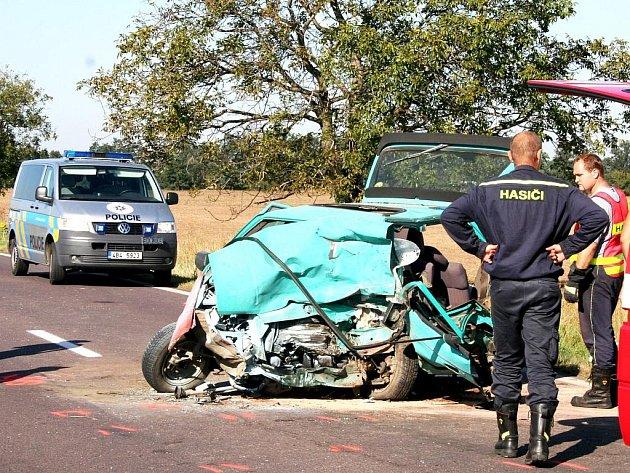 Jeden mrtvý a dva zranění lidé. Takový je výsledek nehody nedaleko Lechovic.