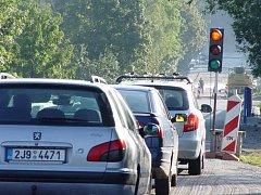 Kolona aut u mostu přes Nové Mlýny