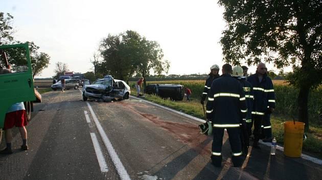 Silnice spojující Znojmo s Pohořelicemi a Brnem je jednou z nejnebezpečnějších v zemi. Těžké havárie se tu pravidelně opakují.
