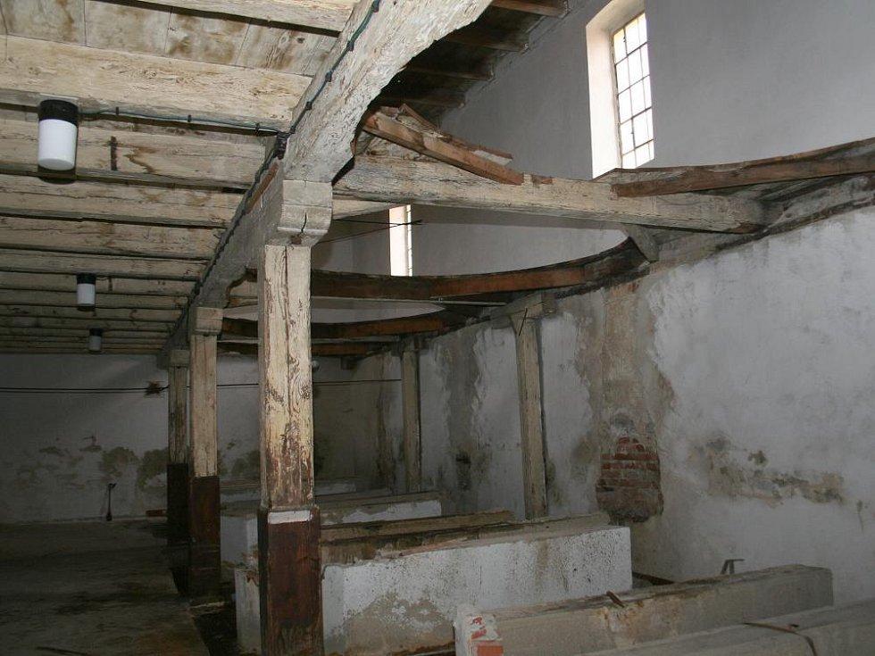 Pracovníci znojemské octárny rozebírají historické dubové sudy.