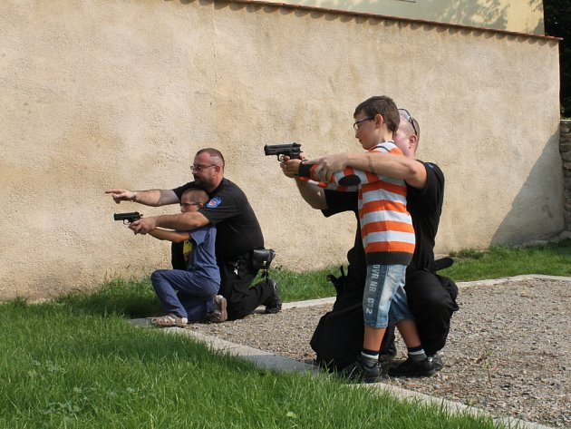 Ve znojmském parku slavili v úterý se školáky své dvacetileté výročí znojemští strážníci.