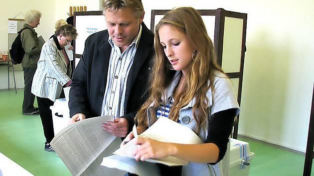Lídr vítězné ČSSD Zbyšek Kaššai přišel k volbám společně s dcerou.