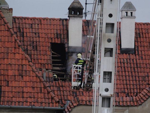 Požár vznikl ve střeše v okolí jednoho z komínů, hasiči dostali plameny pod kontrolu během zhruba patnácti minut.