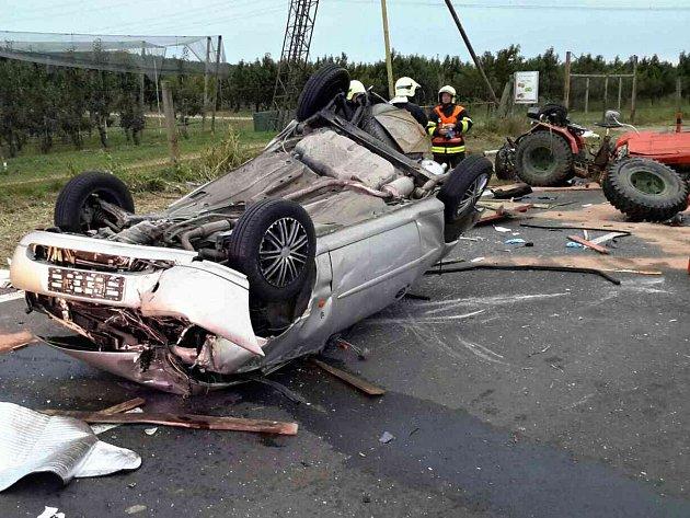 Vážná nehoda dvou aut a malého traktoru u Suchohrdel.