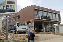 Dělníci a řemeslníci dokončují v těchto dnech stavbu nové stanice záchranné služby zdravotníků v policejním areálu v ulici Pražská ve Znojmě. Ze staré nemocnice se tam sanitky přestěhují už v říjnu.