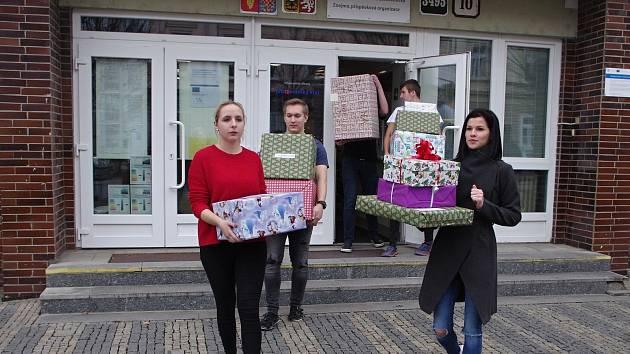 OBRAZEM: Studenti vybrali dárky dětem