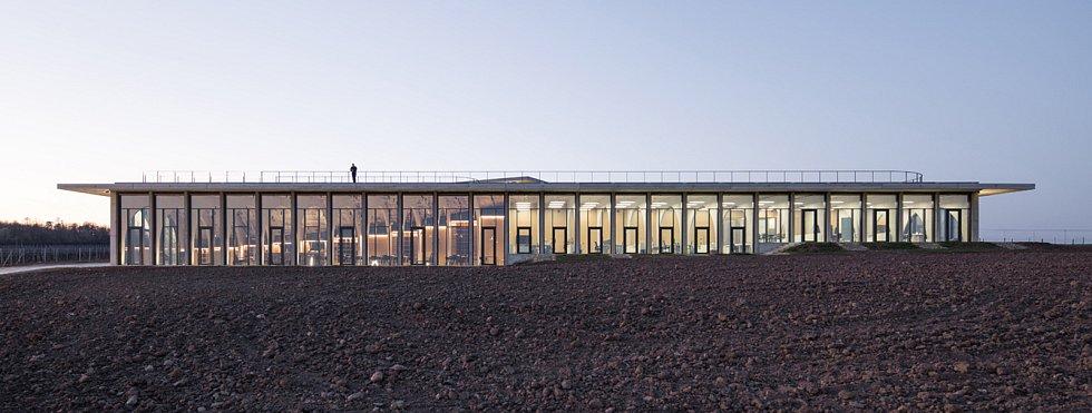 Nové sídlo Vinařství Lahofer ve vinici U Hájku mezi Dobšicemi a Suchohrdly.