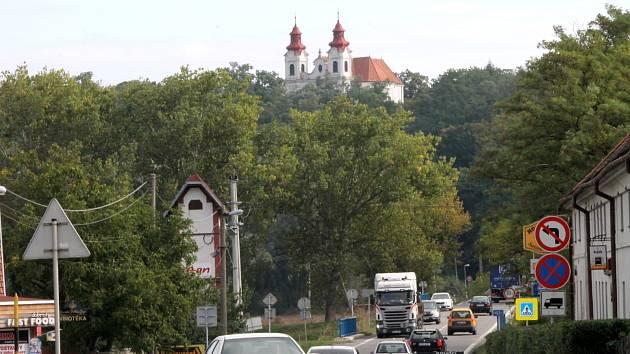 Obyvatelé Lechovic netrpělivě očekávají stavbu obchvatu. Průtahem vesnice jezdí denně až patnáct tisíc aut včetně těžkých kamionů. Obchvat by spojnici Znojma a Brna měl výrazně ulevit.