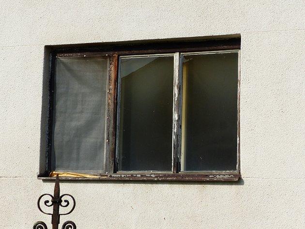 Černá okna domu v Želeticích přilákala v neděli odpoledne pozornost místních lidí. Když se dostali dovnitř, bylo už po požáru. V jedné z místností našli mrtvého muže.