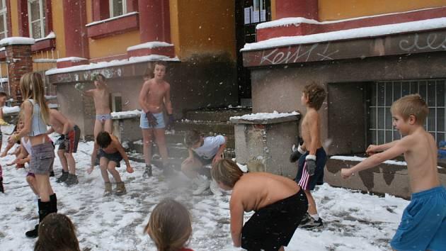 Školáci se otužovali v prvním sněhu