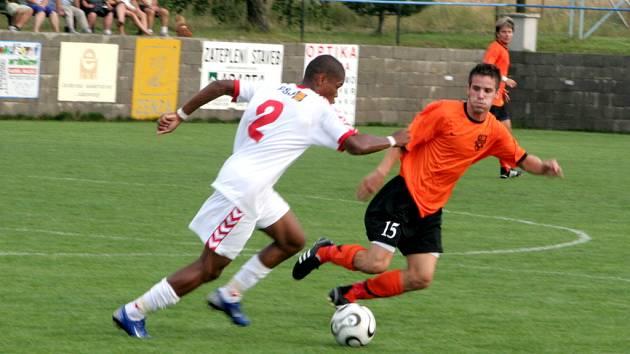 V přípravném utkání s Jihlavou měli znojemští fotbalisté co dělat s krajním obráncem Gabrielem (v bílém). Své o tom může říct i znojemský Matúš Minarech (v oranžovém), který se snaží zastavit jeho útočný výpad.