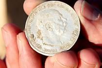 Dva amatérští hledači našli v poli u Hrušovan nad Jevišovkou stříbrné mince z doby Rakouska-Uherska. Mohlo jít až o dvacet kilogramů mincí.