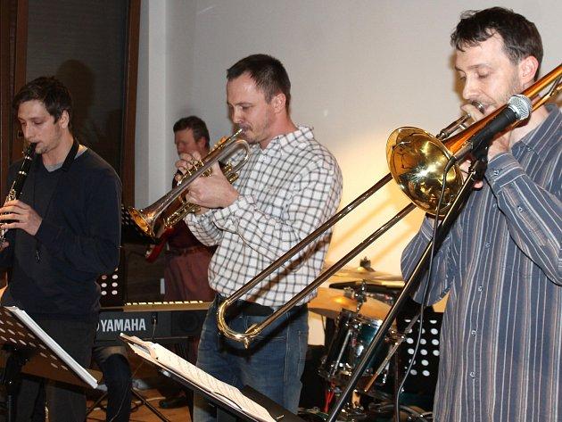 Znojemští Jazz Hunters odstartovali JazzFest Znojmo v hotelu Bermuda. Hostem byl Marek Rejhon z Kladna, který zahrál na kytaru, banjo a hosty bavil řadou historek z muzikantského prostředí dvacátých a třicátých let minulého století.
