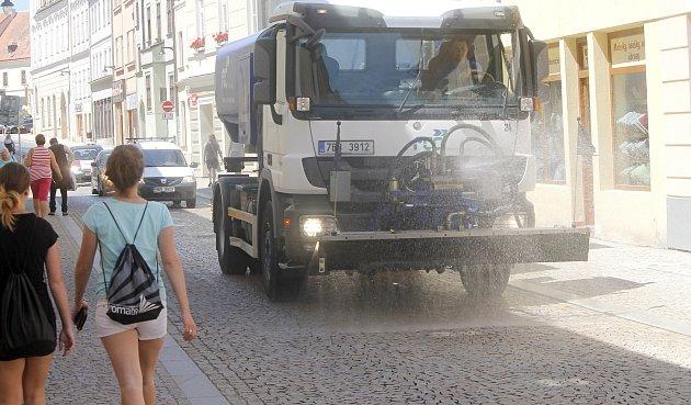Až třikrát denně skrápí vtropických dnech rozpálené ulice Znojma kropicí vůz.
