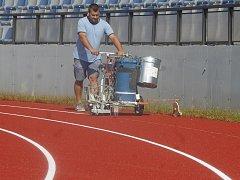 Od pondělka 22. srpna mohou atleti ve Znojmě trénovat na novém tartanovém povrchu. Je na stadioně v Horním parku.