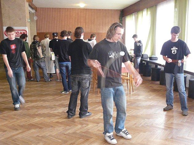 Obratné prsty, bleskový postřeh, hodně fantazie a umění dobře se pobavit předváděli v sobotu v Moravském Krumlově účastníci mistrovství Moravy v joju.