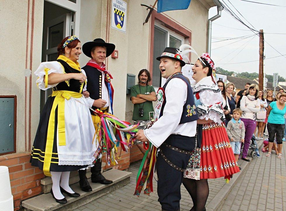 Rekonstrukce kroje Břežan vychází z historie krojů obcí Znojemských, Moravsko-kumlovských a německého Podyjí. Na snímku vlevo starostka obce Jana Surovcová v kroji.